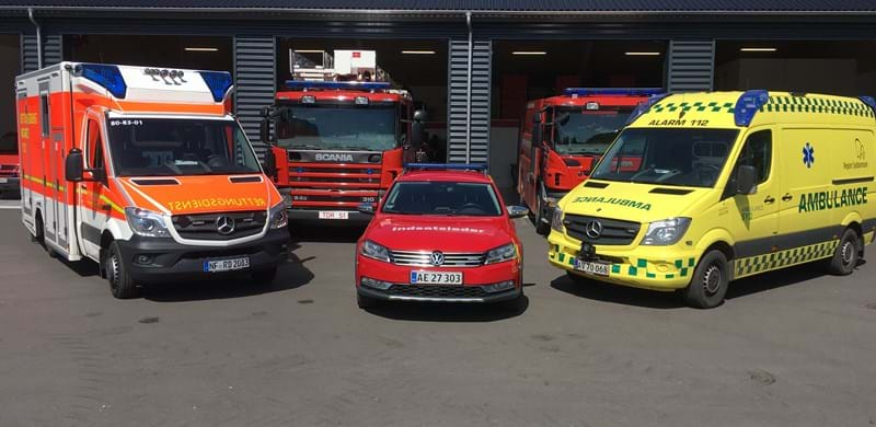 Brandbiler og ambulancer foran brandstation